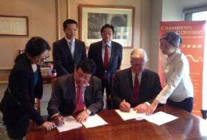 巫沈宾先生和张百善律师事务所合伙人张百善先生签署合作备忘录,刘利伟先生以及董军先生见证