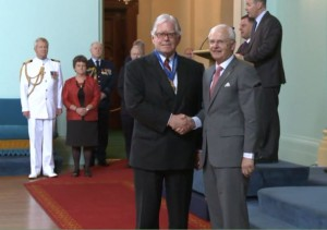 摄于2012年6月,张百善律师AO与澳大利亚总督握手并被授予澳大利亚勋章民事司殊荣。